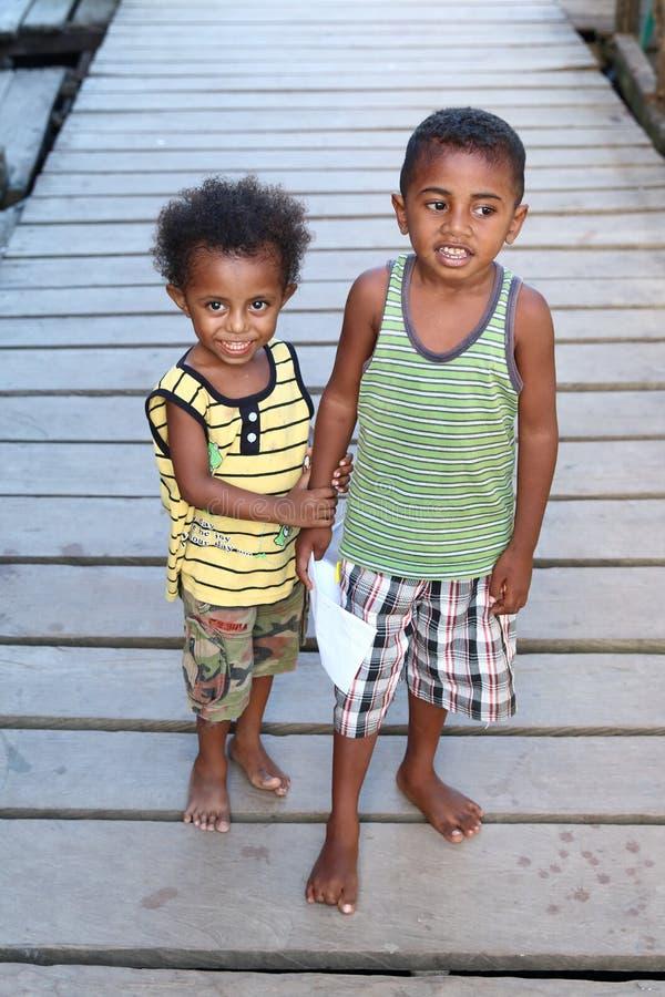 Die Kinder der barfüßigfishermanâs lizenzfreies stockbild
