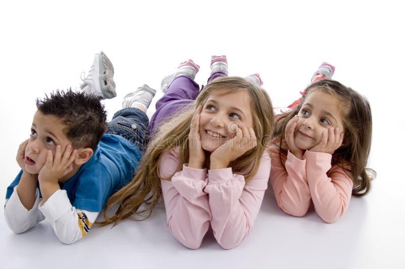 Die Kinder legen, die aufwärts schauen stockbild