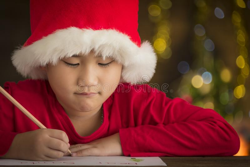 Die Kinder schreiben Briefe zu Sankt lizenzfreies stockfoto