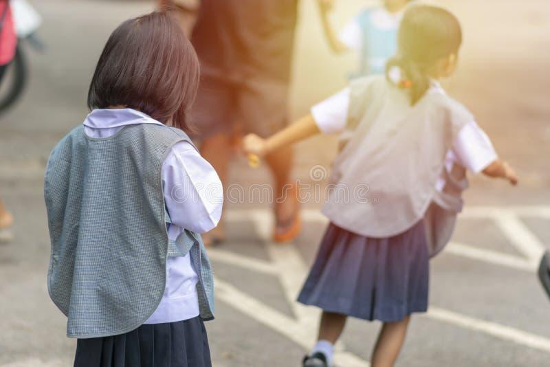 Die Kinder sind zurück von der Schule stockbild