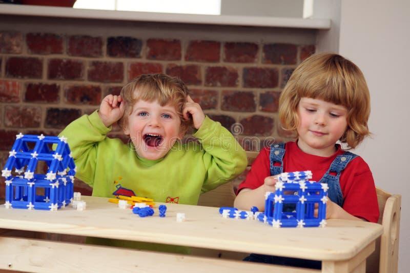 Die Kinder spielen mit dem Aufbau stockfotografie