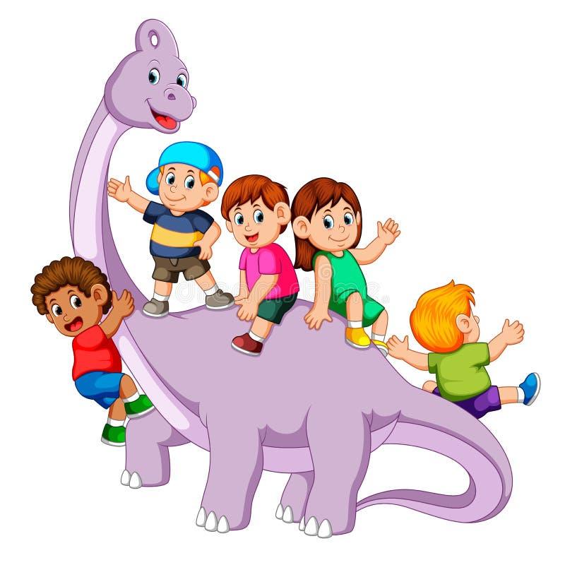 Die Kinder, die spielen und kommen in den saurolophus Körper und irgendein Od sie seinen Hals halten es stock abbildung