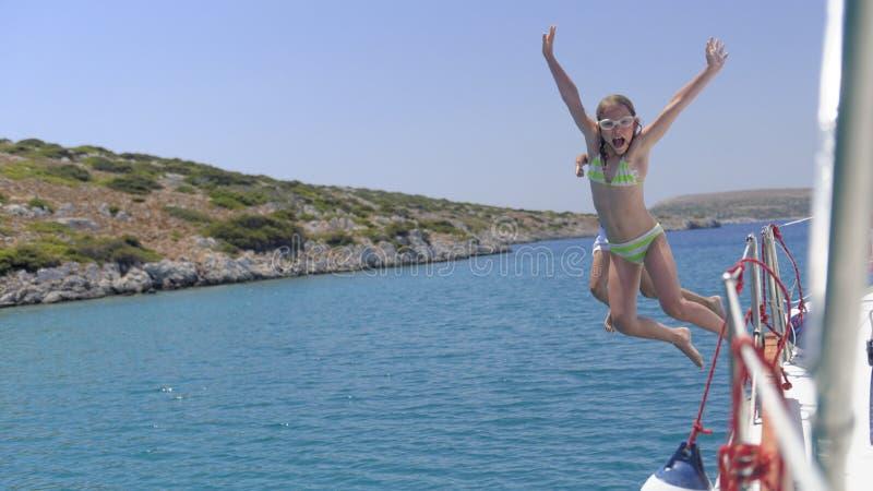 Die Kinder springend in das Meer lizenzfreie stockfotos