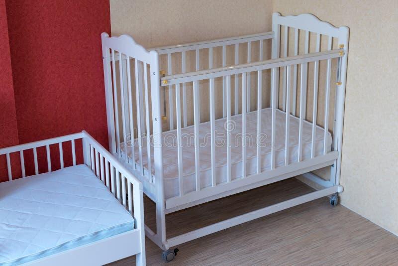 Die Kindertagesstätte hat zwei Krippen Ein Feldbett für Kleinkinder und eins für ältere Kinder lizenzfreie stockfotografie
