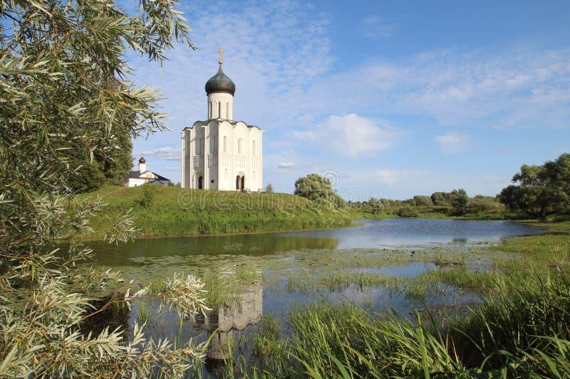 Die Kirche der Fürbitte der heiligen Jungfrau auf dem Nerl-Fluss, Russland lizenzfreie stockfotos