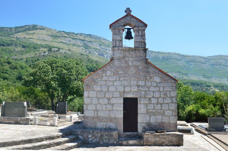 Die Kirche des Dormition in der Mitte des Kirchhofs im alten Kloster Gradiste, Montenegro stockfotos