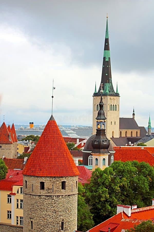 Die Kirche von Abschluss Oleviste St. Olaf oben und Türme der Wände von Tallinn an einem bewölkten Tag, Tallinn lizenzfreie stockbilder