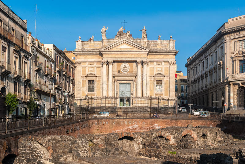 Die Kirche von San Biagio, auch bekannt als Sant-` Agata-alla Fornace, in Catania; im Vordergrund ein Blick des römischen Amphith lizenzfreies stockbild