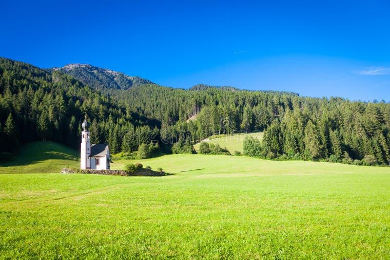 Die Kirche von San Giovanni in Dolomiti-Region - Italien stockbild