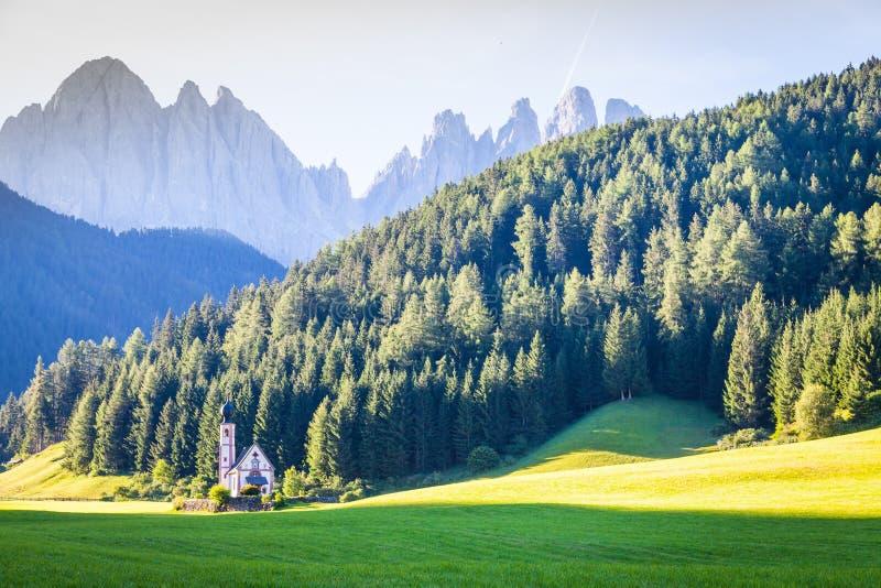 Die Kirche von San Giovanni in Dolomiti-Region - Italien lizenzfreie stockbilder