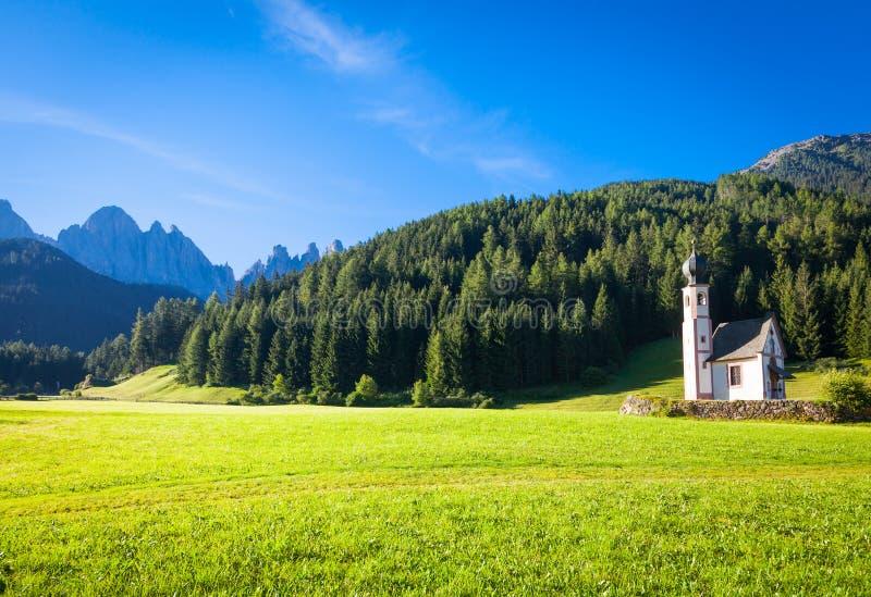 Die Kirche von San Giovanni in Dolomiti-Region - Italien lizenzfreie stockfotografie