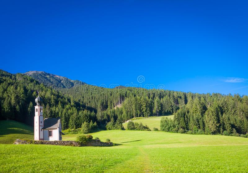 Die Kirche von San Giovanni in Dolomiti-Region - Italien stockfotografie