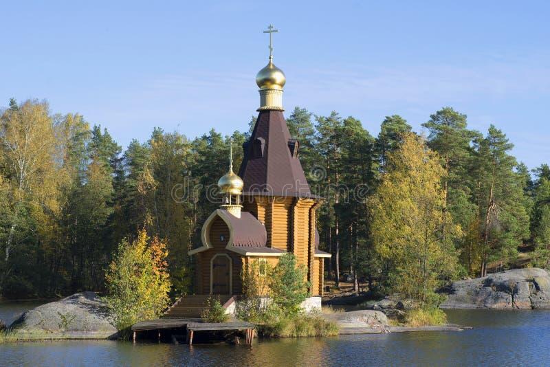 Die Kirche von St Andrew der Apostel auf Vuoksi-Flussnahaufnahme des goldenen Herbstes Priozersky-Bezirk, Russland stockfotografie
