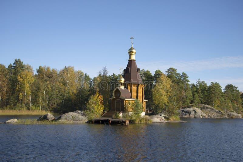 Die Kirche von St Andrew mitten in dem Fluss Vuoksa-Herbsttag Priozersky-Bezirk, Leningrad-Region lizenzfreie stockfotos