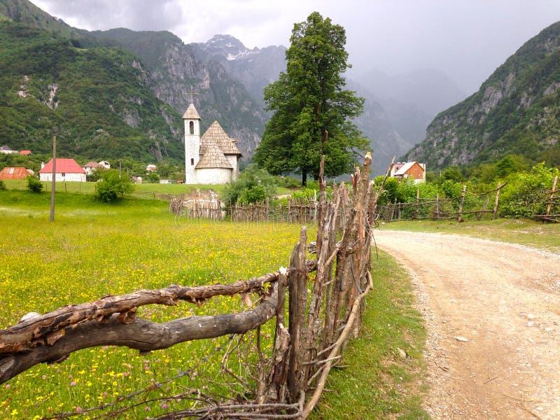 Die Kirche von Thethi Albanien lizenzfreies stockbild