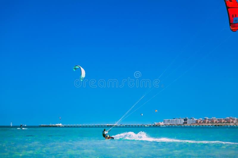 Die kiters, die über der Oberfläche des Roten Meers gleiten lizenzfreies stockfoto