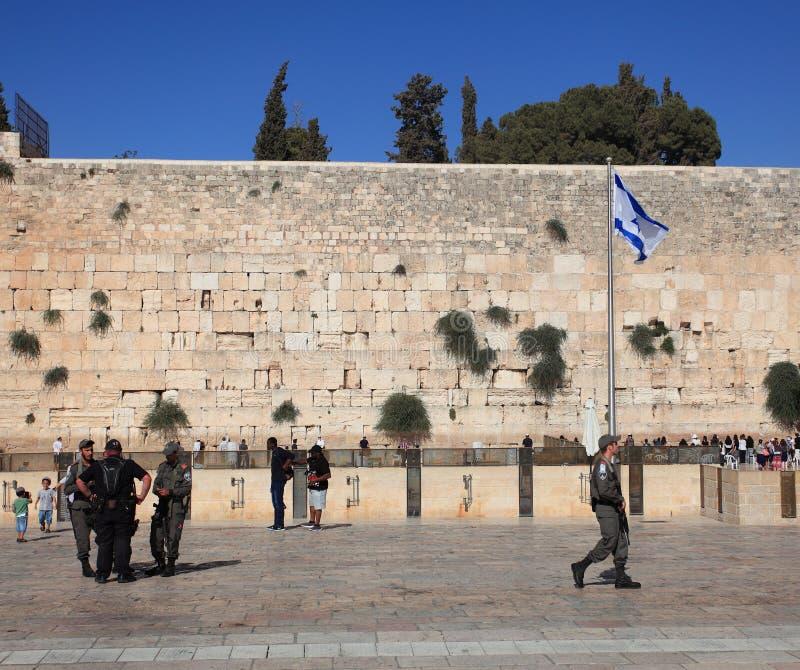 Die Klagemauer-Piazza mit der israelischen Flagge stockfotografie