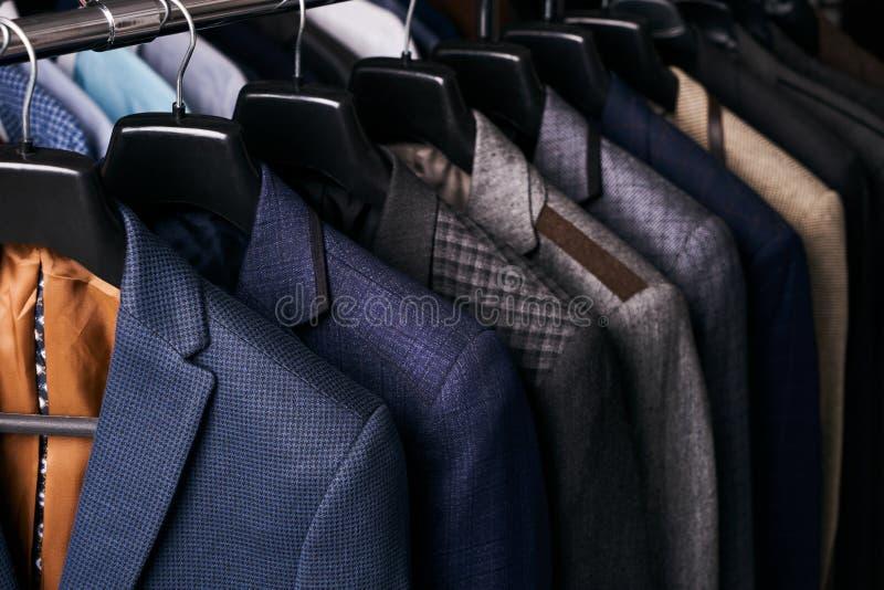 Die Klagen der Männer auf Aufhängern in den verschiedenen Farben lizenzfreie stockfotografie