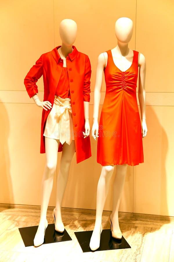 Die Kleidung der Frauen auf Anzeige lizenzfreie stockbilder