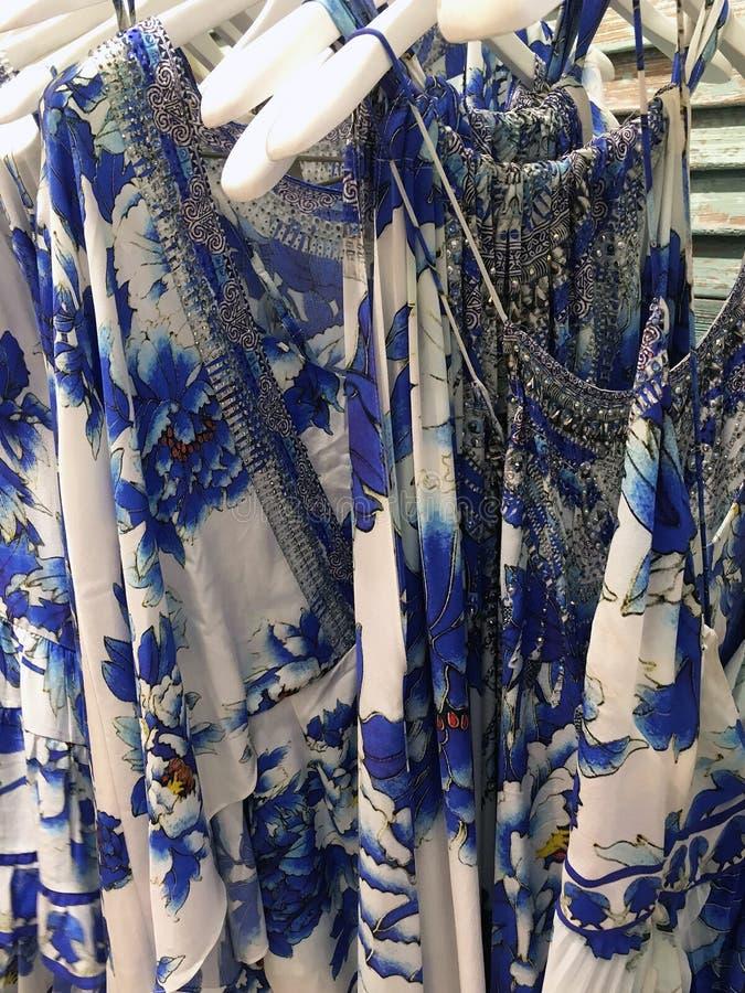 Die Kleidung der Frauen auf Aufhängern stockfotografie