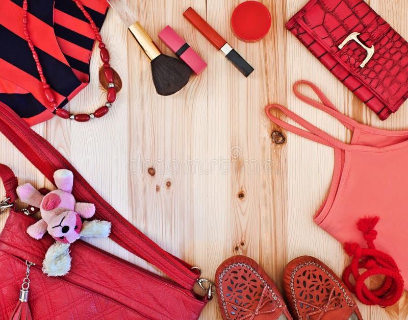 Die Kleidung und das Zubehör der Frauen in den roten Tönen lizenzfreies stockbild