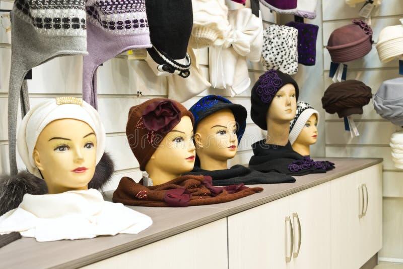 Die Kleidung und die Hüte der Shopfrauen stockbilder