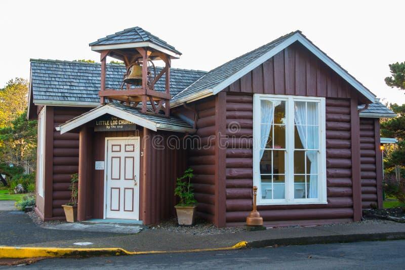 Die kleine Klotz-Kirche durch das Meer, Yachats, Oregon lizenzfreie stockbilder