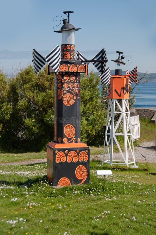 Die kleine Kopie des Leuchtturmes in den schwarz-orange Farben lizenzfreies stockfoto