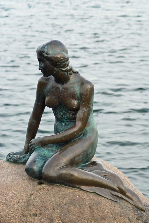 Die kleine Nixe im Hafen von Kopenhagen stockfotos
