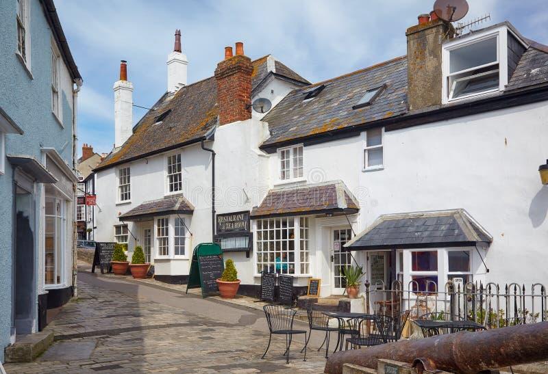 Die kleine Straße der Küstenstadt von Lyme Regis West-Dorset england stockfotografie