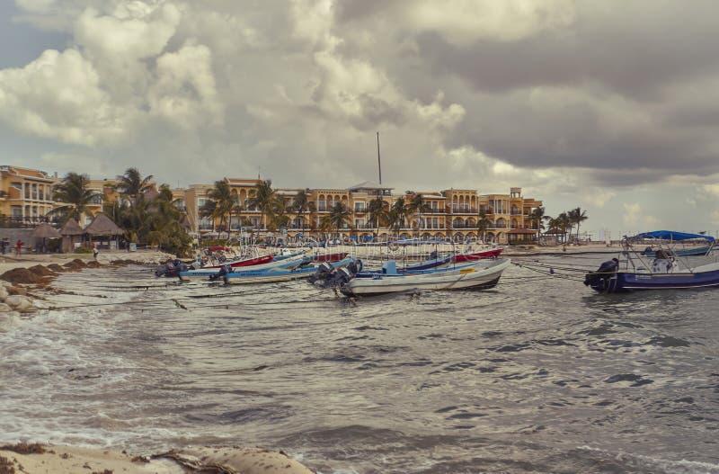 Die kleinen Fischerboote von Playa del Carmen stockbilder