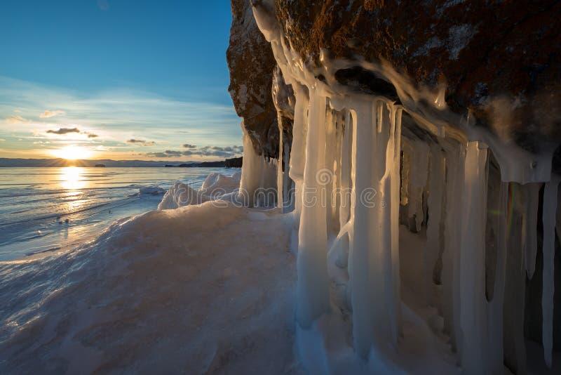 Die Klippe, die mit Spritzen heraus bedeckt wird, gefrieren auf Baikal See lizenzfreie stockbilder