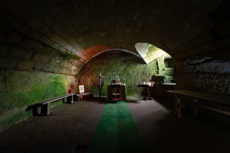 Die Klosterzelle in den Ruinen von Burg Oybin, gegründet als Celestines Kloster 1369 in Zittau Gebirge an der Grenze zu Ger lizenzfreie stockbilder