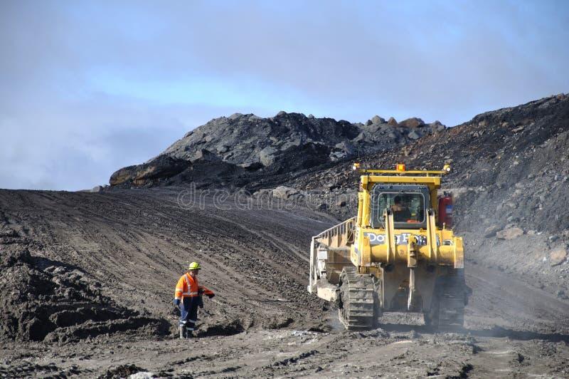 Die Kohle heraus graben stockfotos