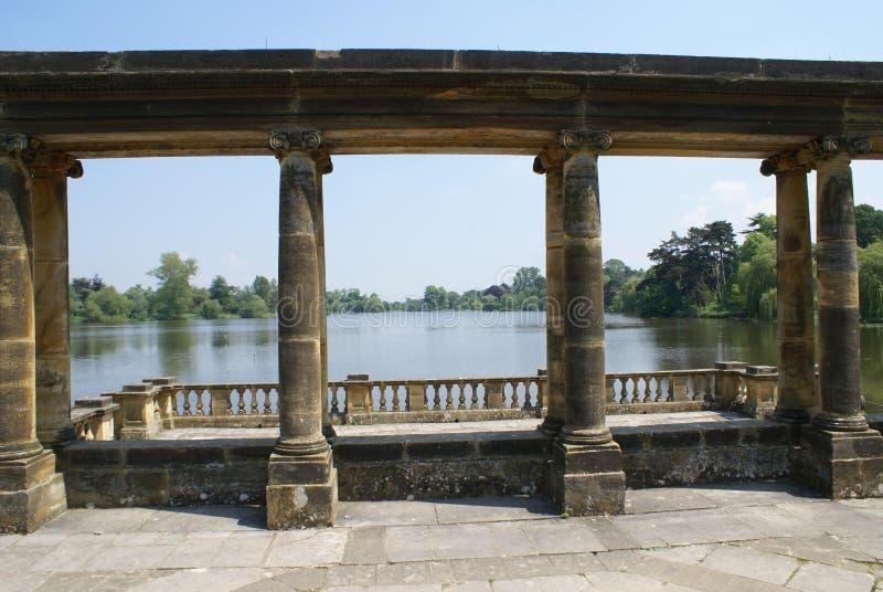 Die Kolonnade des Hever-Schloss-Gartens, Patio an einem Seeufer in England lizenzfreies stockfoto