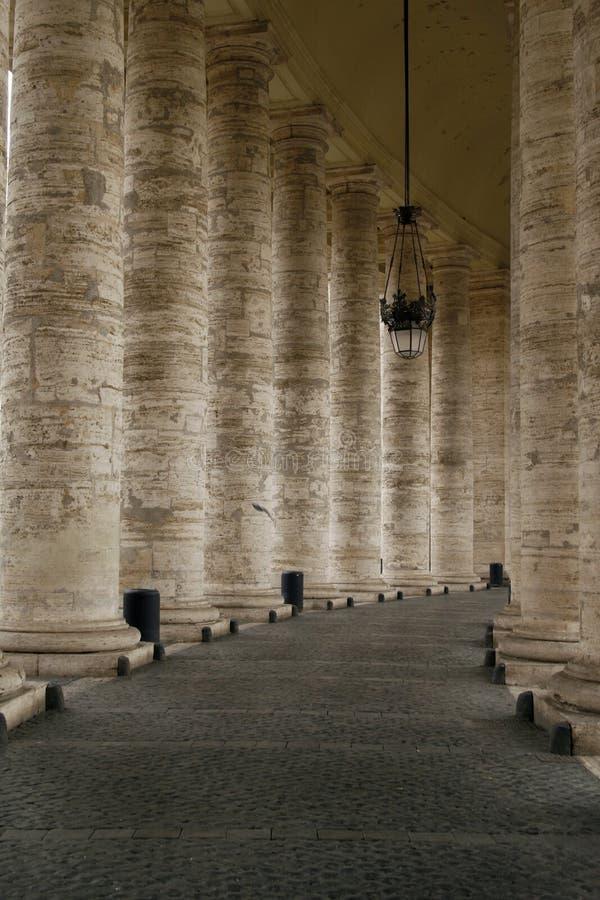 Die Kolonnade durch Str. Peters Basilk Piazza, Rom lizenzfreie stockfotografie