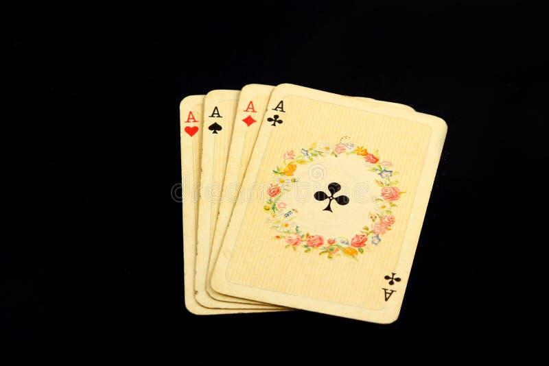 Die Kombination des Spielkarteschürhakenkasinos, lokalisiert auf schwarzem Hintergrund, stockbilder