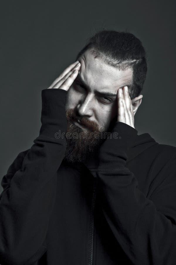 Die Kopfschmerzen des jungen Mannes stockfotos