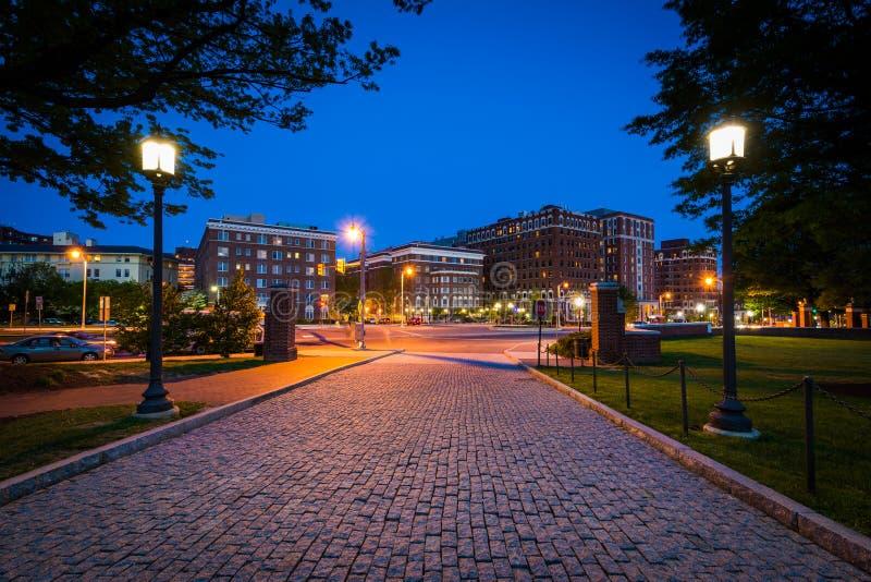 Die Kopfsteinfahrstraße zu den Universität John Hopkins nachts, i lizenzfreie stockfotos