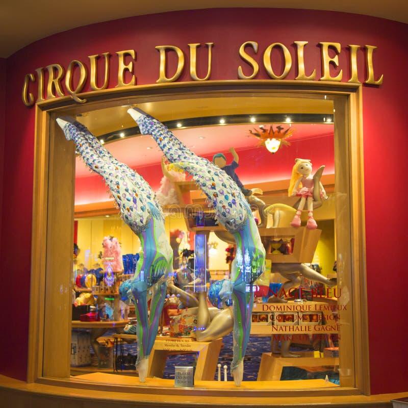 Die Kostüme, die für O bestimmt sind, stellen durch Cirque du Soleil auf Anzeige im Bellagio-Hotel dar stockfoto
