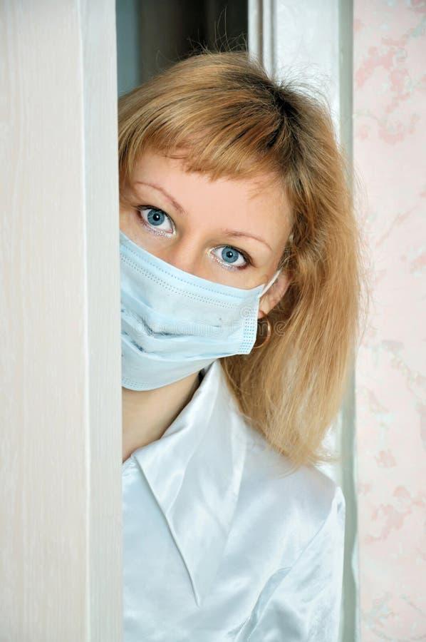 Die Krankenschwester hinter einer Tür lizenzfreies stockfoto