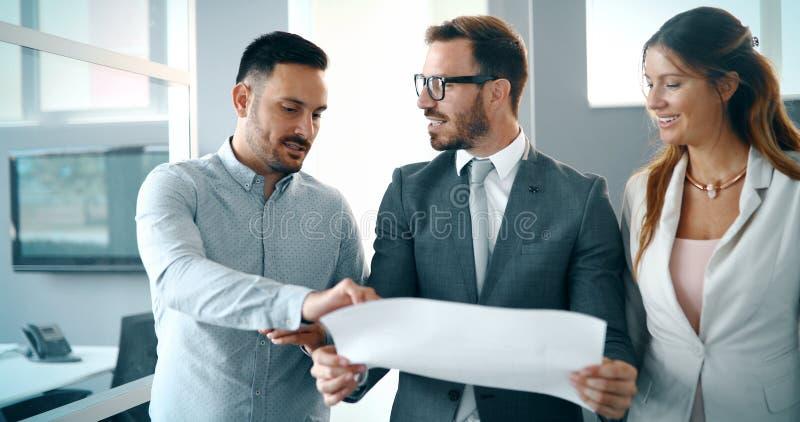 Die kreativen Geschäftsleute, die an Geschäft arbeiten, projektieren im Büro lizenzfreie stockfotos