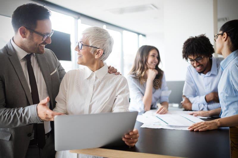 Die kreativen Geschäftsleute, die an Geschäft arbeiten, projektieren im Büro stockfotografie