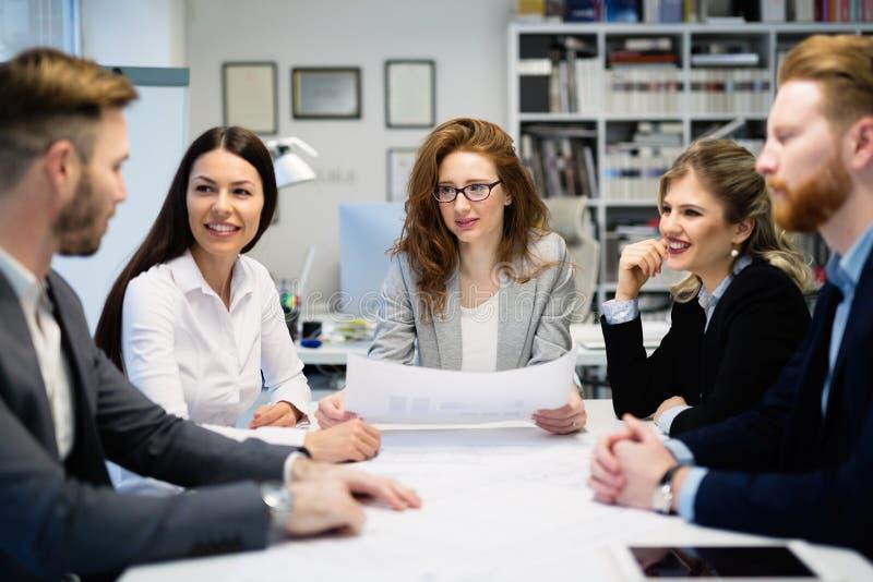 Die kreativen Geschäftsleute, die an Geschäft arbeiten, projektieren im Büro stockbild