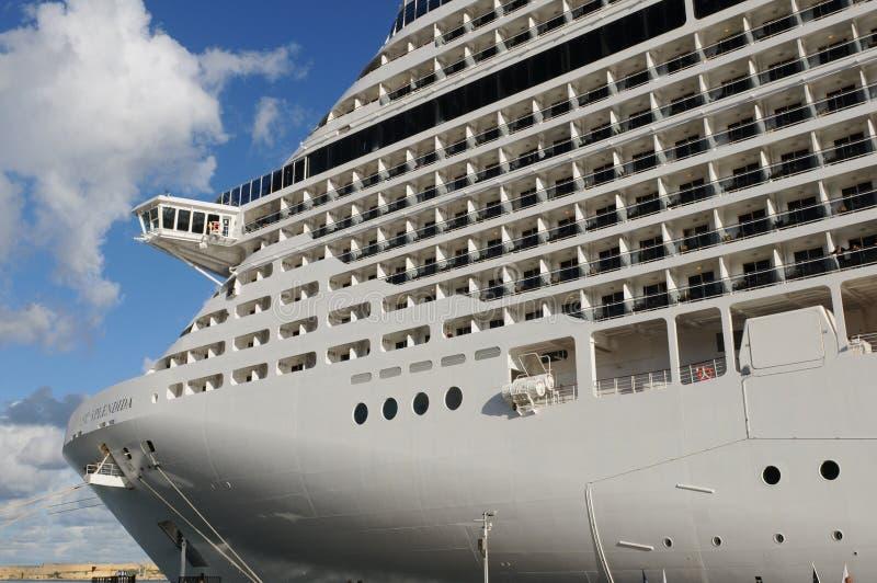 Die Kreuzfahrtshop MSC Splendida, das im Hafen von Valletta ankering ist lizenzfreie stockfotografie