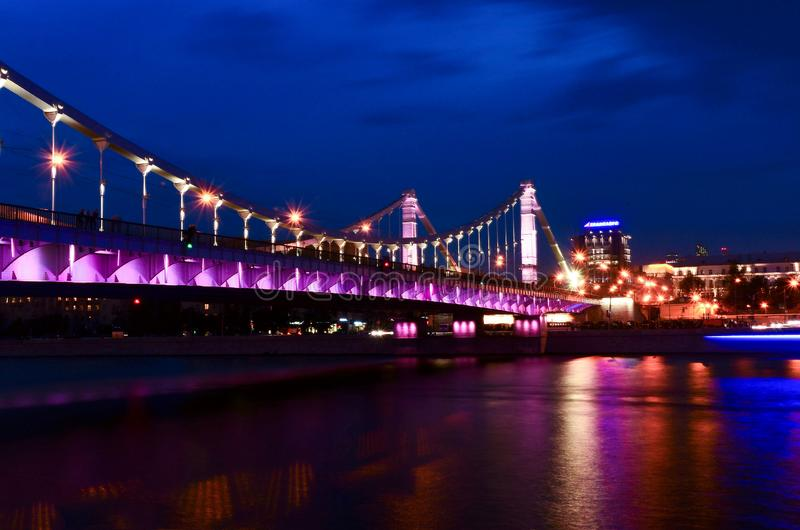 Die Krimbrücke in Moskau nachts lizenzfreie stockfotografie