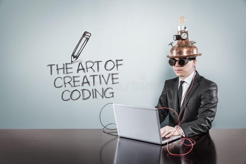 Die Kunst des kreativen Kodierungskonzeptes mit Weinlesegeschäftsmann und -laptop lizenzfreies stockbild