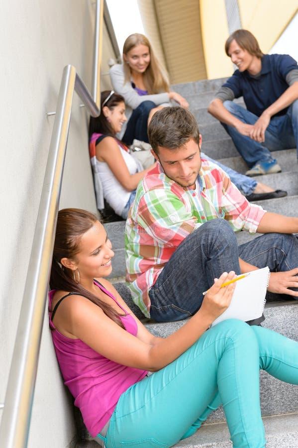 Die Kursteilnehmer, welche die Entspannung auf Schule sprechen, tritt Teenager stockfotografie