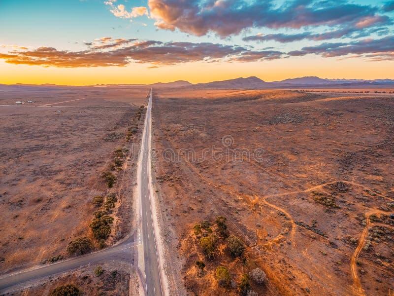 Die ländliche Landstraße, die in Ikara-Flinders führt, erstreckt sich lizenzfreies stockfoto