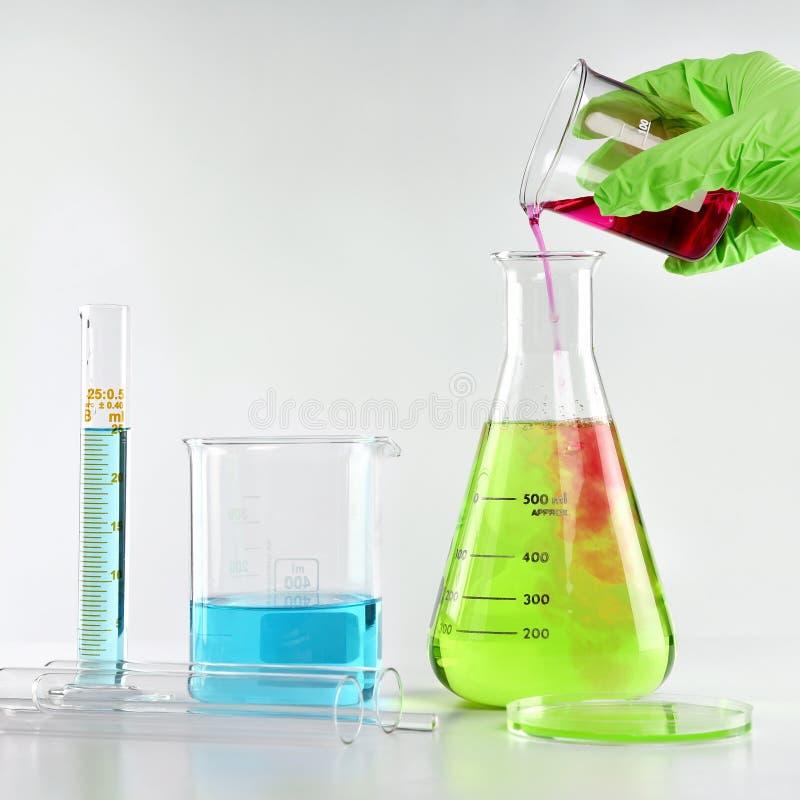 Die Lösung, die, die, die, die, die, die, die, die, die, die, die formuliert des Chemikers, die, gefährliche Stoffe, Wissenschaft lizenzfreie stockfotografie